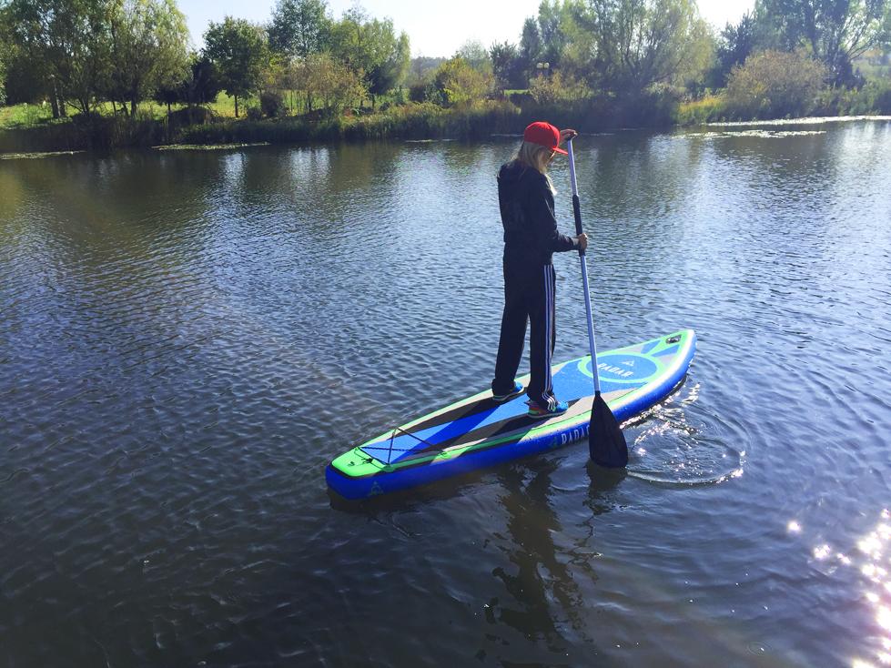 Afara sunt 14 grade si apa are maxim 2, dar SUP-ul iti da libertate de a te plimba pe lac